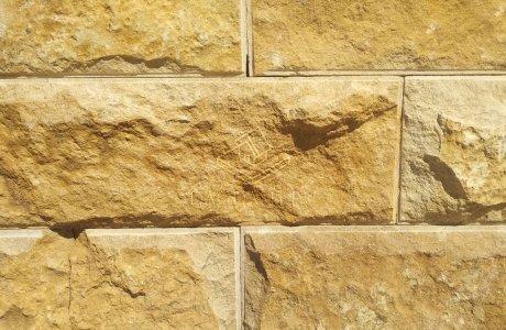 Мекегинский камень из скалы